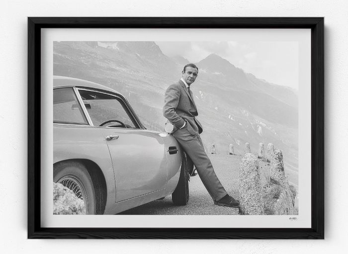 James Bond 007: Goldfinger - Sean Connery with Aston Martin DB5 - Photographie, Framed display - 16/50 with COA (75x55 cm)