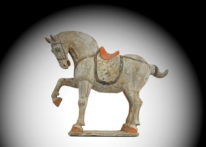 Mingqi - Terracotta - Painted Buff Pottery Figure of a Prancing Horse, TL test - Cina - Dinastia Tang (618-907)
