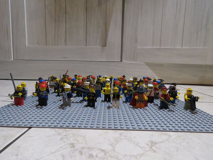 Preview of the first image of LEGO - Minifigures - 64 Lego minifigures.
