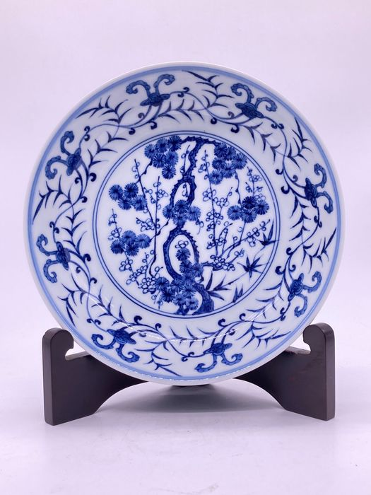 Okimono (1) - Cerámica - Beautiful plum blossoms are painted on China plates - China - Finales del siglo XX