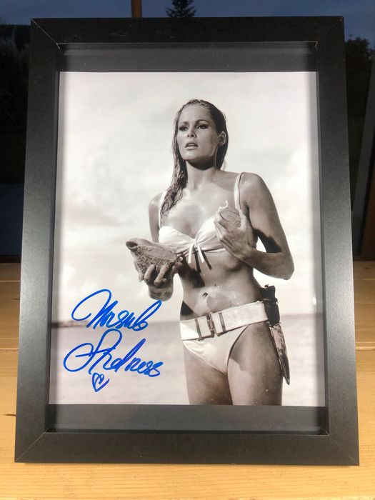 "James Bond 007: Dr. No - Ursula Andress as ""Honey Ryder"" - Foto, Handtekening, Signed with Certified Genuine b´bc holographic COA - Framed"