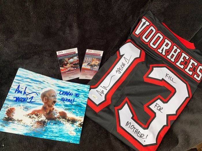 Friday the 13th - Lot of 2 - The 1st Jason Voorhees - Handtekening, Friday the 13th Jersey &  Photograph  - both hand-signed by Ari Lehman