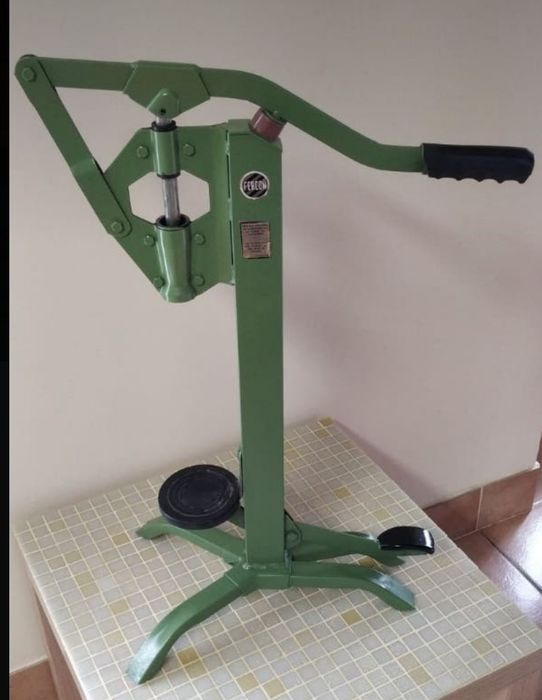 Industrial manual corking machine branded 'Fercon' from the 1950's - Yecla - 1 item of 4 kilos
