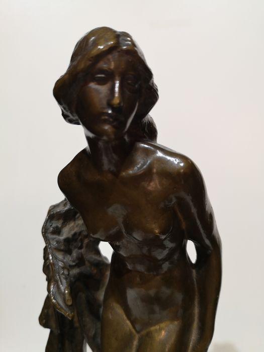 Sculpture, Venus in the bathroom (1) - Bronze (patinated), Wood - First half 20th century