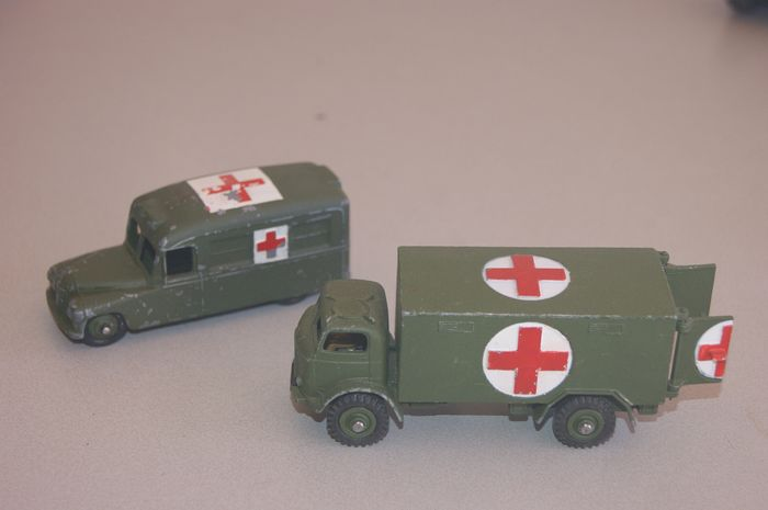 "Dinky Toys - 1:48 - First Issue British Army ""FORDSON THAMES Ambulance""no.626 - First Issue New Version - NO windows - ""DAIMLER Military Ambulance"" no.253 (30hm) - 1954"