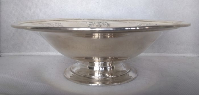 Circular cake and fruit centerpiece pedestal stand - .925 silver - R. Wallace and Sons - Wallingford - Connecticut - U.S. - Mid 20th century