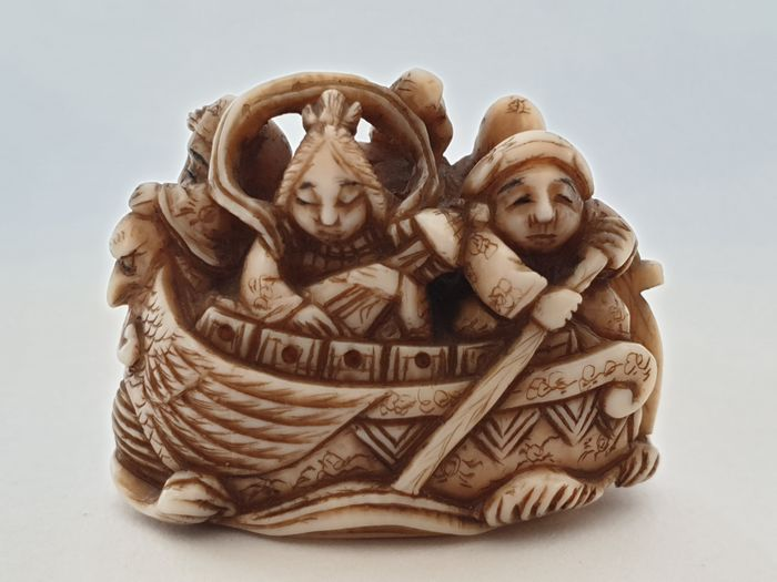 Netsuke - Ivoire - five people in the boat - signed to the bottom - Japon - Période Meiji (1868–1912)