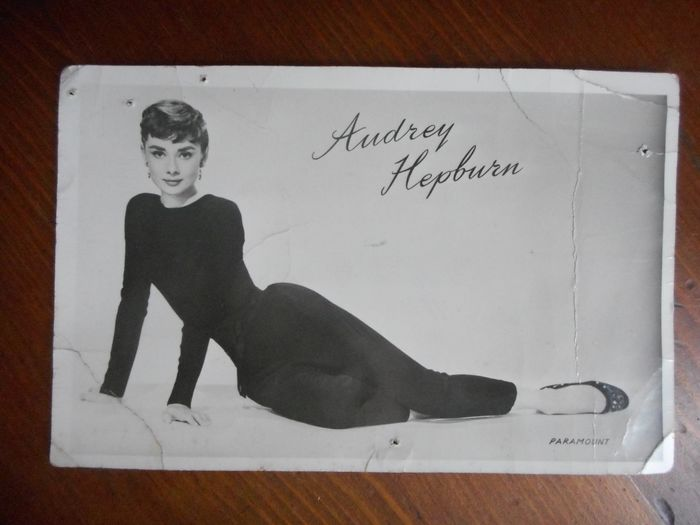 Audrey Hepburn  - Handtekening, Postcard -  signed in person, authenticated.