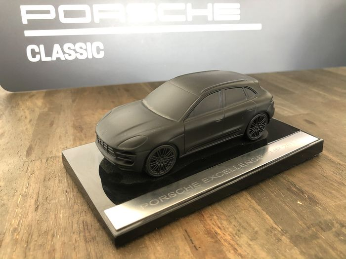 Decoratief object - Metal Car Porsche Macan Turbo matte black - special - Porsche