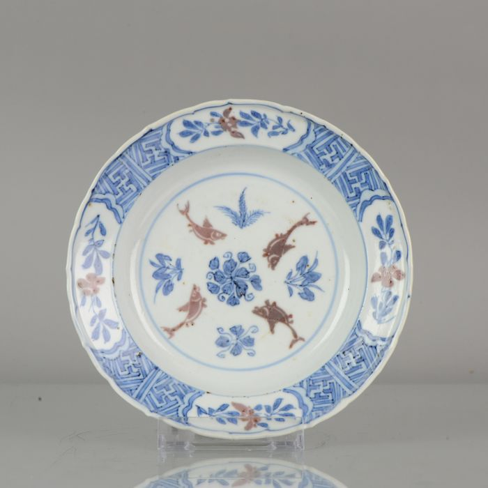 Assiette - Porcelaine - Artistic Ming Period Ko Akae Plate Copper red FISHES - Chine - XVIIe siècle