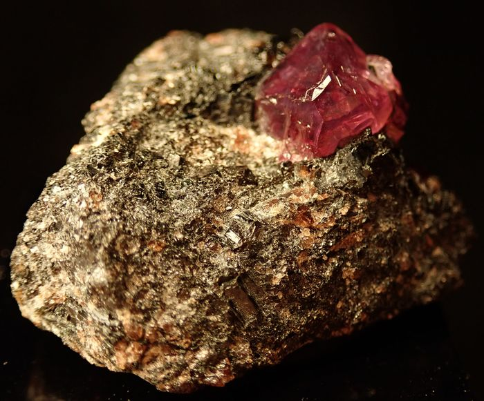 Rare Transparent Ruby Crystals on Matrix, Untreated 88ct - 33.14×24.53×16.86 mm - 17.6 g