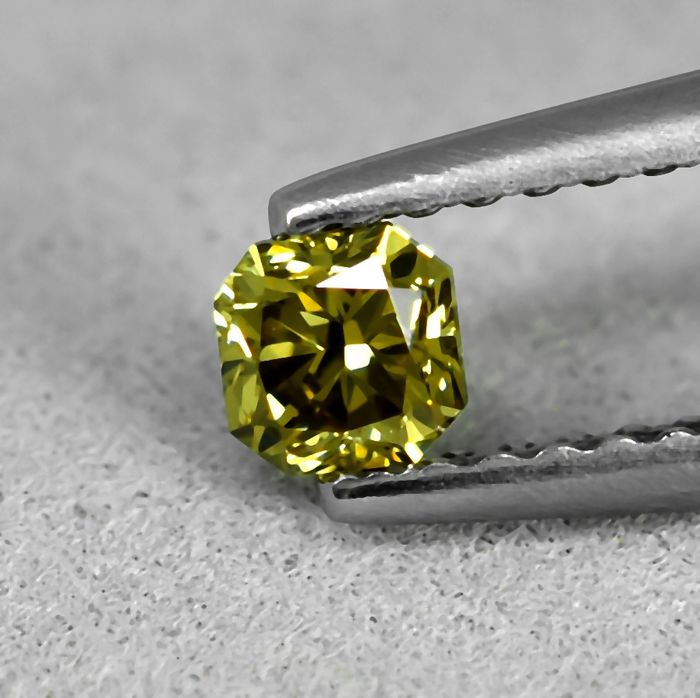 Diamant - 0.26 ct - Radiant - Fancy Deep Greenish Yellow - SI2