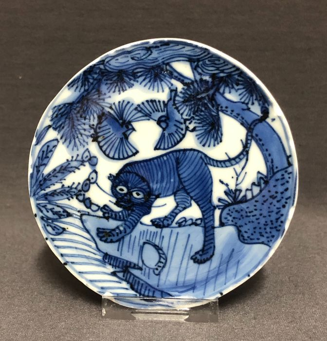 Medaglione - Porcellana - Center of a bowl - Tiger on a cliff under clouds, pine tree and two birds  - Cina - Wanli (1573-1619)
