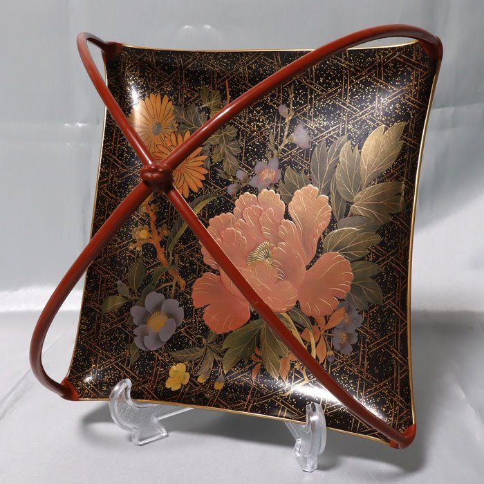 Lacquer ware/Urushi ware (1) - Maki-e - Lacquer, Wood - Four seasons flower pattern. - Four seasons flower pattern. A lacquerware container for holding sweets with handles.Listed items. - Japan - Meiji period (1868-1912)