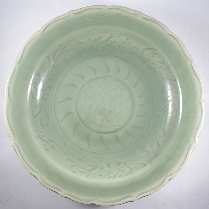 Bord, Schotel (1) - Keramiek, Celadon - Fenghuang, Chinees Phoenix - Exquisite and rare Chinese Phoenix celadon dish - China - Ming Dynastie (1368-1644)