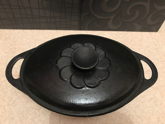 Beautiful old oval casserole dish in enameled cast iron - Iron (cast/wrought)