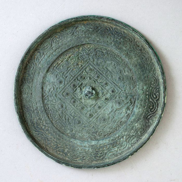 Spiegel - Brons - A bronze mirror, Xin - China - Oost-Han-dynastie (9-220).