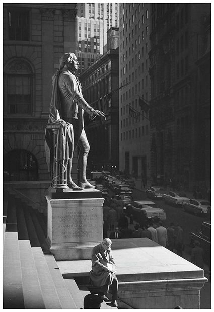 Kees Scherer (1920-1993) - Sitting man at the foot of George Washington - New York 1959
