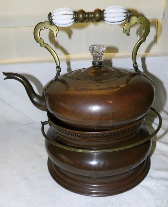 English tea kettle, 19th century with coal stove (2) - Bronze (gilt/silvered/patinated/cold painted)