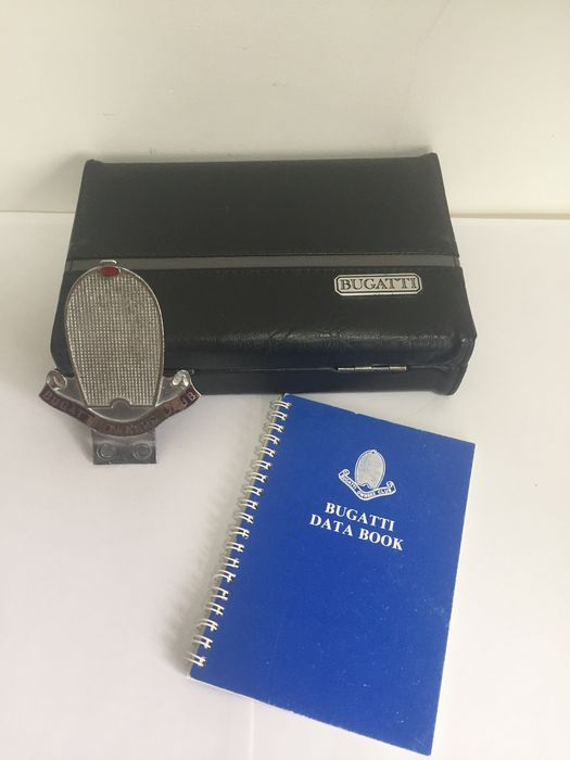 Badge, databoek en speelkaarten - Rare Bugatti playing cards, with official Bugatti Owners Club car badge and Data Book - Bugatti - 1970-1980