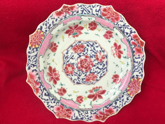 A famille rose lotus plate decorated with flowers - Porcelain - China - Yongzheng (1723-1735)