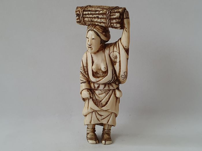 "Netsuke - Elfenbein - ""Old woman carrying a bunch of wood  "" - Japan - ca. 1870-80 (Meiji-Zeit)"