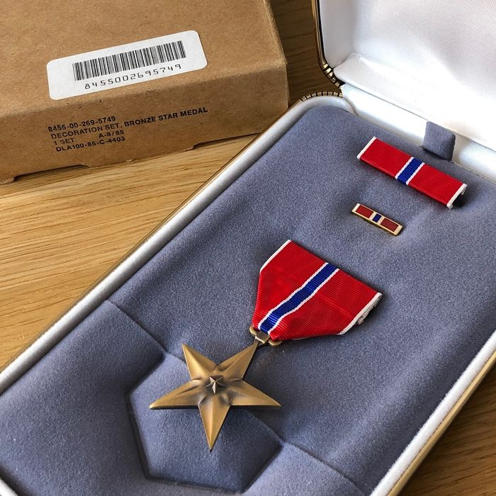 Verenigde Staten - Army/Navy/Air Force - Bronze Star Medal - Factory Condition! (Incl. Outer Carton Box!)