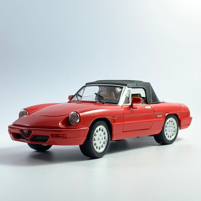 Revell - 1:18 - Alfa Romeo Spider red with black Softtop from 1962 - Série Clássicos Europeus