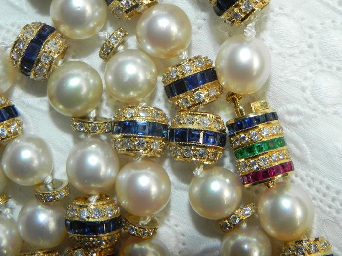 18 kt. Akoya pearls, Gold, 8.3-8.5 mm - Pearl Necklace with Emerald / Rubies / Sapphires / Brilliant 750 Gold - 7.00 ct Diamond - Diamond