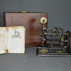 Charles Raymond Chain-stitch machine - The American Sewing Machine Company - Machine à coudre avec boîte de rangement en bois et documentation originale, ch.1870 - Acier