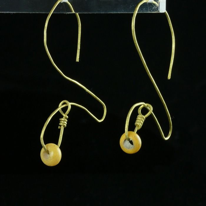 Prehistoric, Iron Age Gold Earrings with Celtic yellow glass beads - (1)