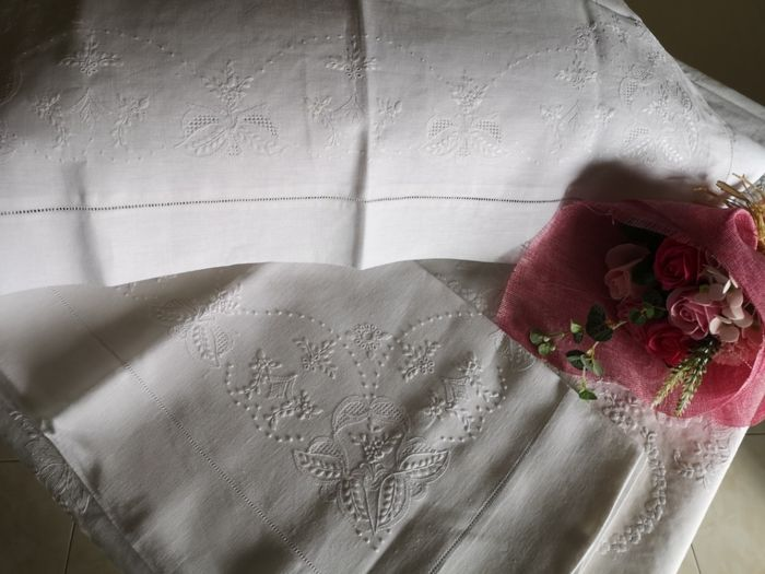 double bed sheet in 100% pure linen with embroidery. Full stitch all completely by hand - Linen - After 2000
