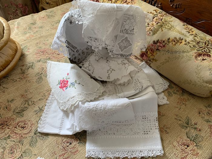 Lot of 11 old hand-embroidered doilies. Vintage French - Cotton - Mid 20th century