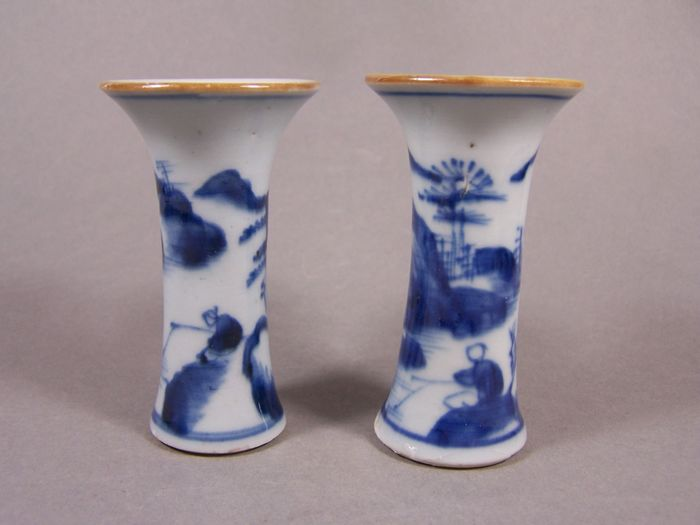 Paar vazen (2) - Blauw en wit - Porselein - A pair of blue and white decorated rouleau vases, 2nd half 18th century - China - Qianlong (1736-1795)