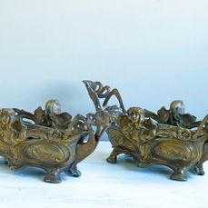 Set of two large jardiniers decorated with flowers and women - Brass