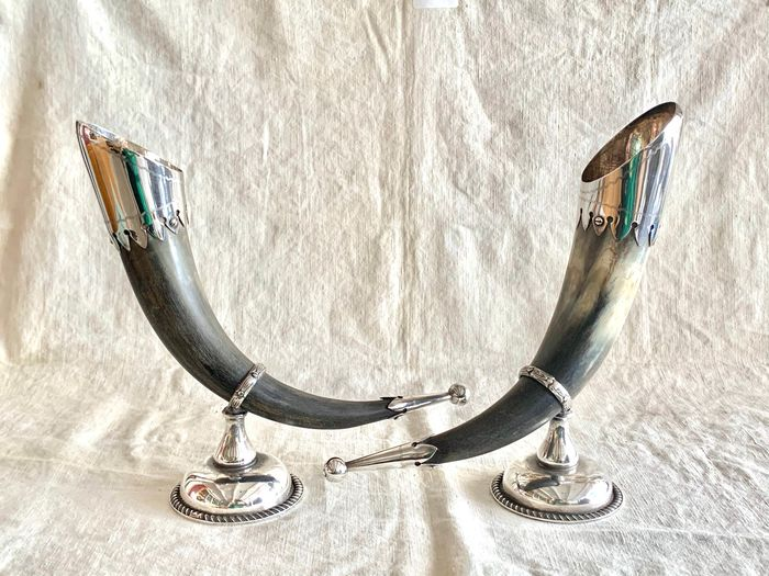 A pair of ceremonial goblets  (2) - Silver plated, Horn - Early 20th century