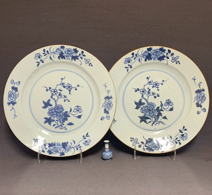 Plates (2) - Porcelain - Chinese - Brown rim - Peonies and plum blossom - China - Qianlong period, first half 18th century