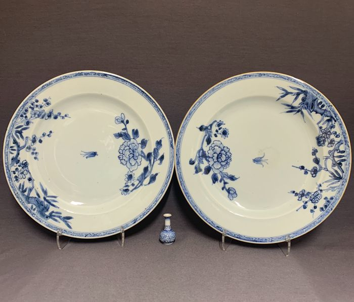 Plates (2) - Porcelain - Chinese - Set of 2 identical plates -  Insect in flight between peonies and plum blossom - China - Qianlong period. first half 18th century