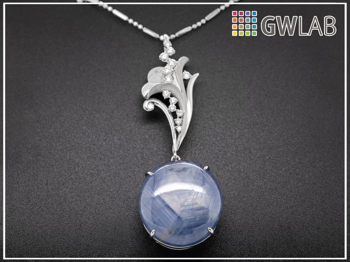 18 kt. White gold, 16.43g - Necklace with pendant - 142.88 ct Sapphire - 0.76 ct Diamonds