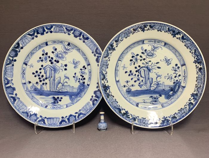 Plates (2) - Porcelain - Chinese - Set of 2 identical plates - Butterflies and peonies next to scholar's rock  - China - Qianlong period. first half 18th century