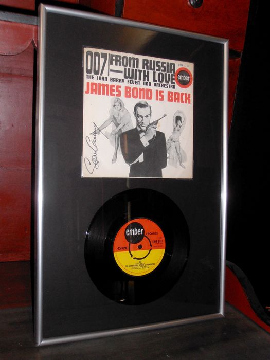 "James Bond - From Russia With Love - Vinyl 7"" record /cover signed by Sean Connery (007)  - Handtekening, Framed with COA"