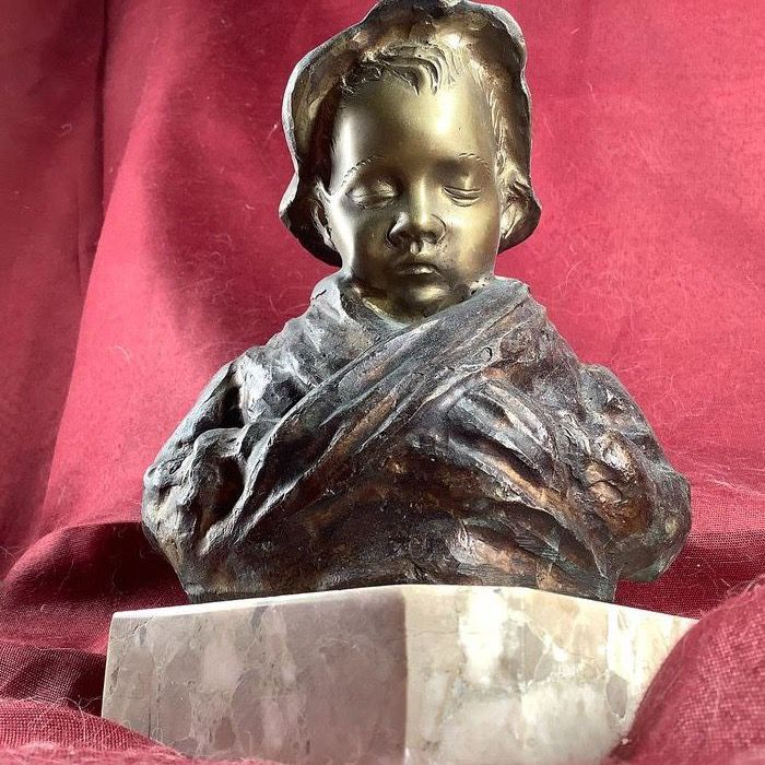 Dal modello di De Martino - Sculpture, Little girl with hat - Bronze - Second half 20th century