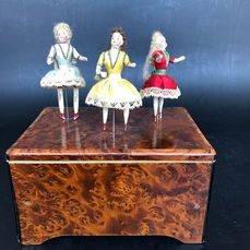 """Automate """"les danseuses¨ à musique deux airs - 3 porcelain dolls with heads and arms turn on themselves - 1910-1919 - France"""