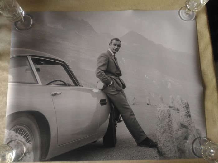 James Bond - Goldfinger - Sean Connery (007) with the Iconic Aston Martin DB5 - Foto, Poster XL Original Image - No cuts