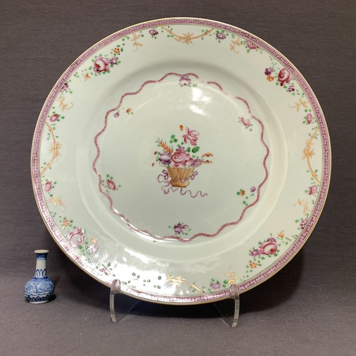 Plate - Famille rose - Porcelain - Chinese - Floral basket - Mint condition  - China - Yongzheng (1723-1735)
