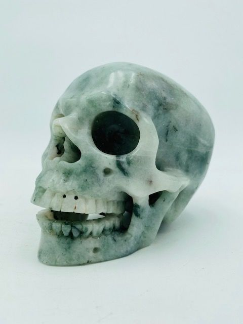 Special smiling crystal skull in serpentine crystal skull - 10×9.5×13 cm - 1390 g