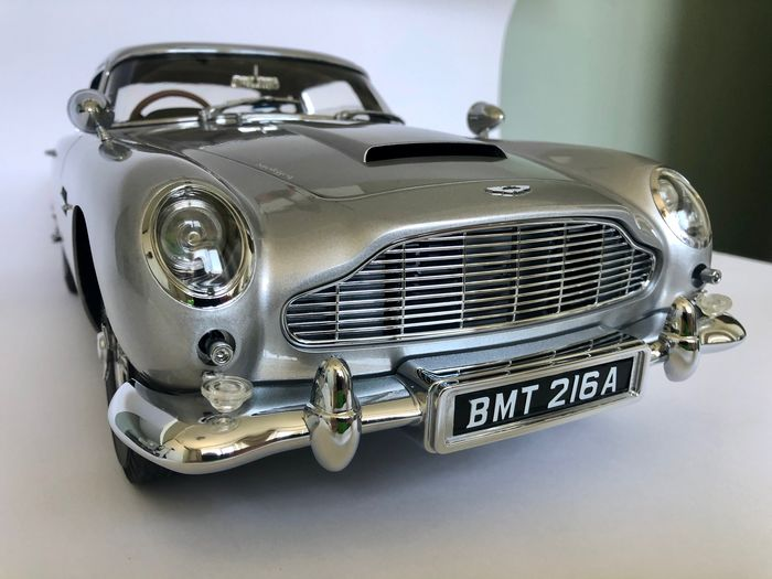 James Bond - Goldfinger - Aston Martin DB5  - Eaglemoss - 1:8 - Verzamelaarsuitgave, Voertuig, 58 cm Model Car - 12 kg - with all the features & lights - see photos & description
