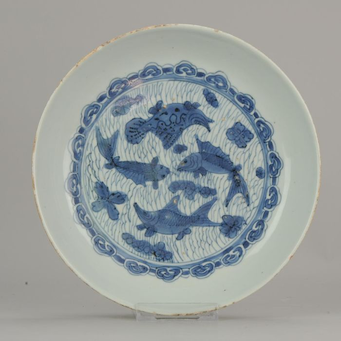 Bord - Porselein - Antique Chinese Ca 1600 Porcelain Ming Wanli China Plate Fishes Carp - China - 16 / 17e eeuw