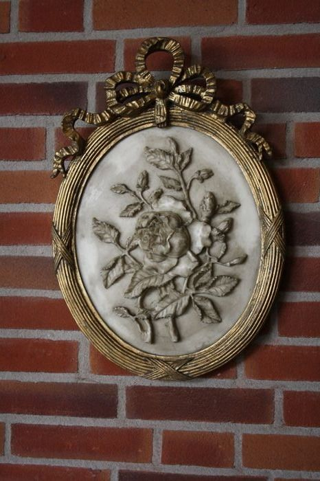 Flower ornament in a bow frame - Alabaster