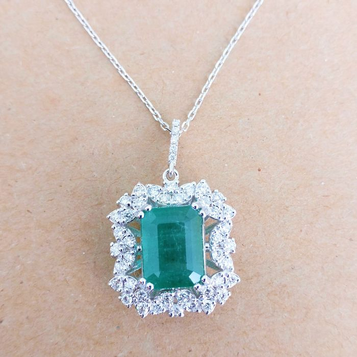 18 kt. White gold - Necklace with pendant - 4.31 ct Emerald - Diamond